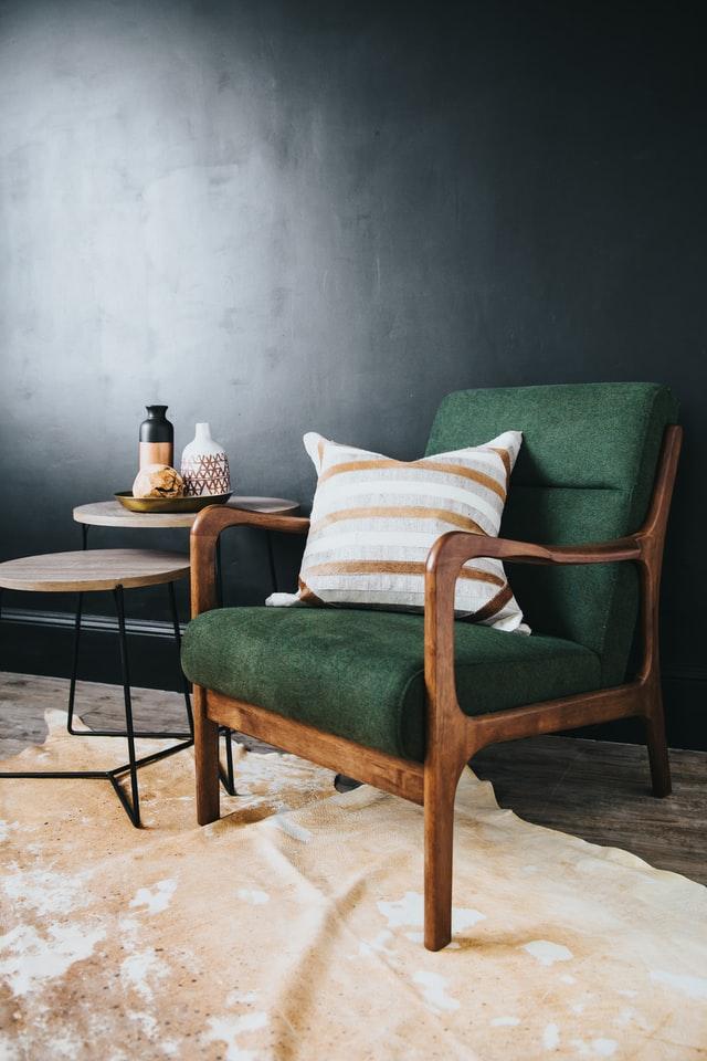 Jak obić fotel materiałem tapicerskim?
